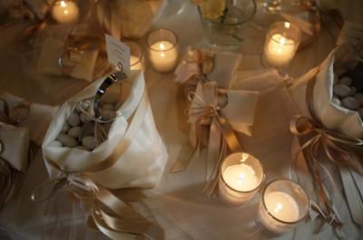 Оформление стола с бомбоньерками и свадебными конфетами