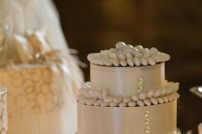 Оформление с белыми свадебными конфетами