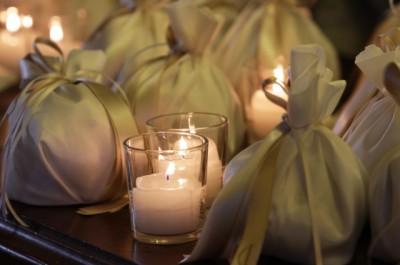 Элемент украшения стола с бомбоньерками и свадебными конфетами