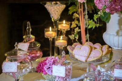 Стол с бомбоньерками, свадебными конфетами и печеньем